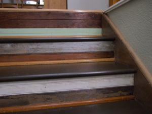 usuwanie farby ze schodów